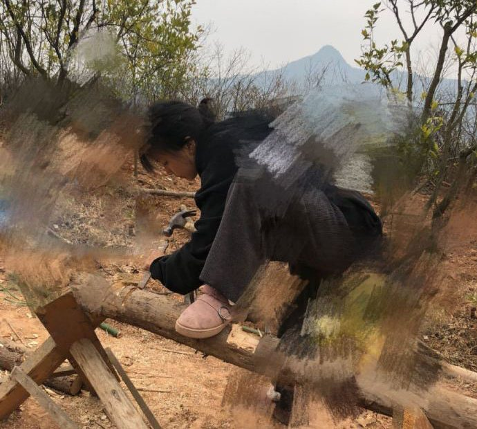 Liziqi working on a bench